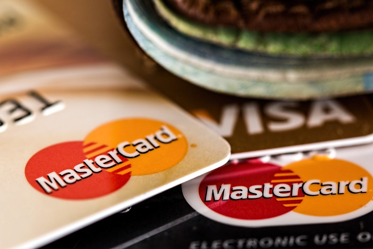 Primo piano del logo di alcune carte di pagamento