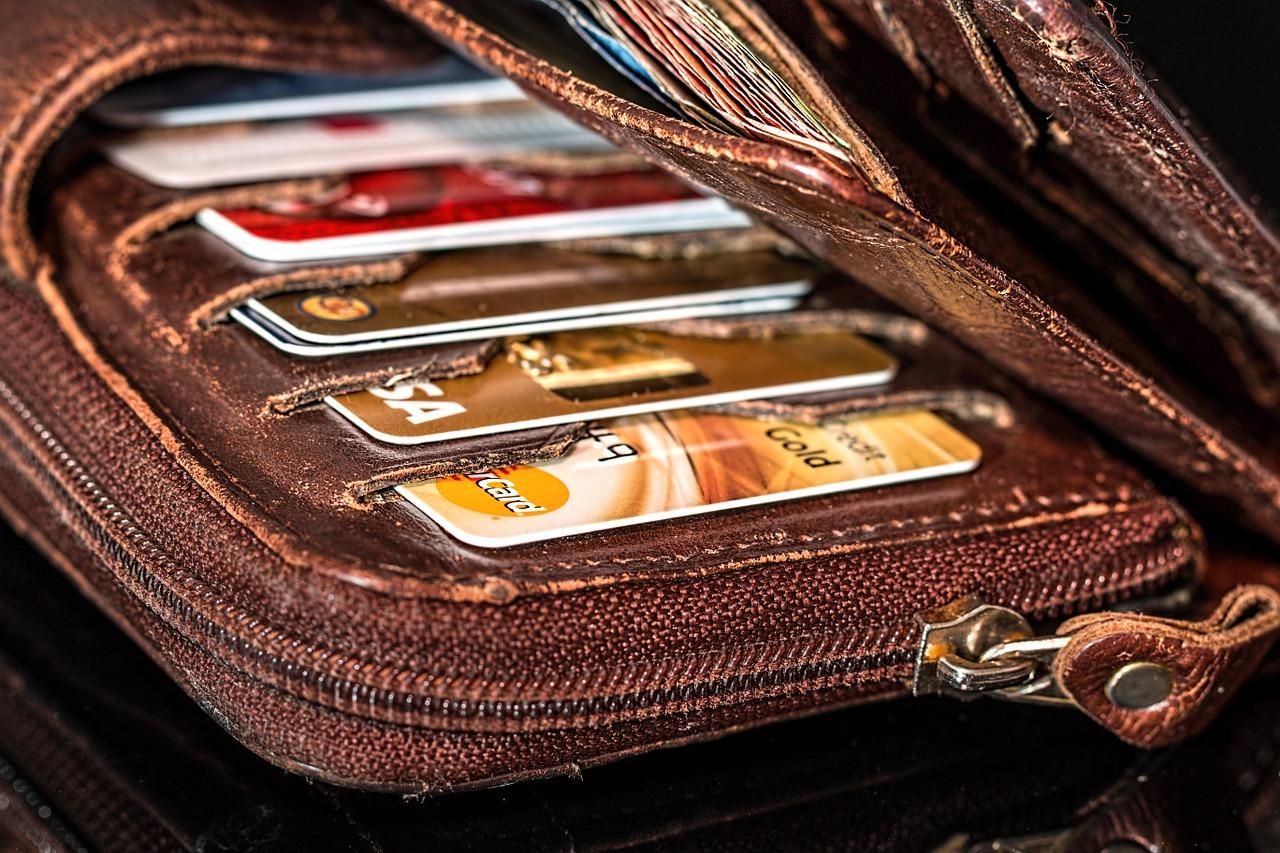 categorie di carte prepagate immagine di un portafogli contenente varie card